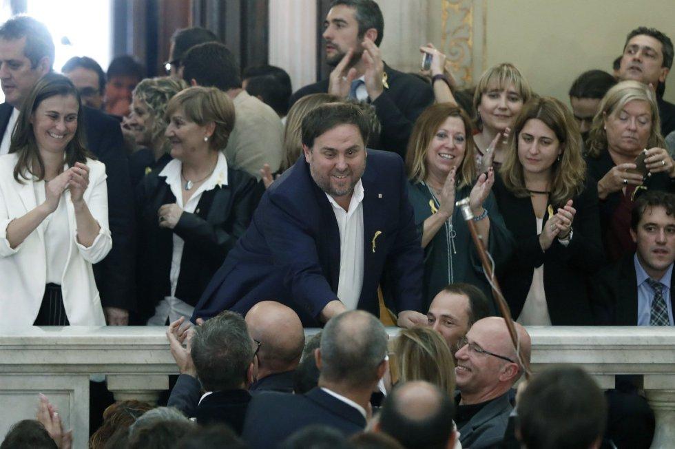 El vicepresidente del Govern y conseller de Economía, Oriol Junqueras celebra en las escalinatas del Parlament la declaración de independencia.