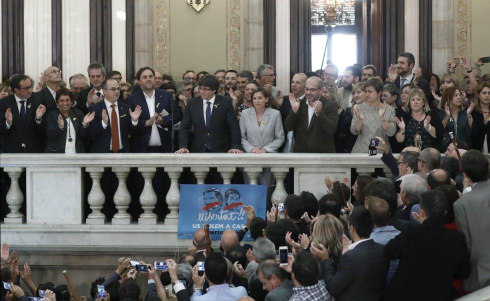 Puigdemont, Junqueras y Forcadell realiza una declaración en las escalinatas del Parlament tras aprobarse en el pleno, la declaración de independencia, con los votos de Junts pel Sí (JxSí) y la CUP.