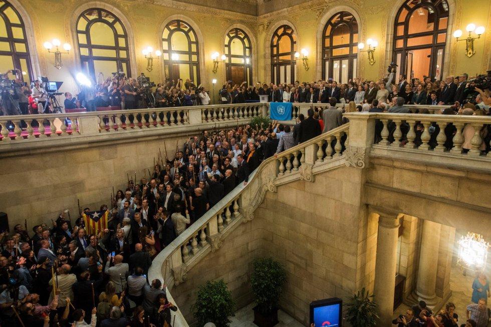 Escalinatas del Parlament catalán tras aprobarse en el pleno, la declaración de independencia.