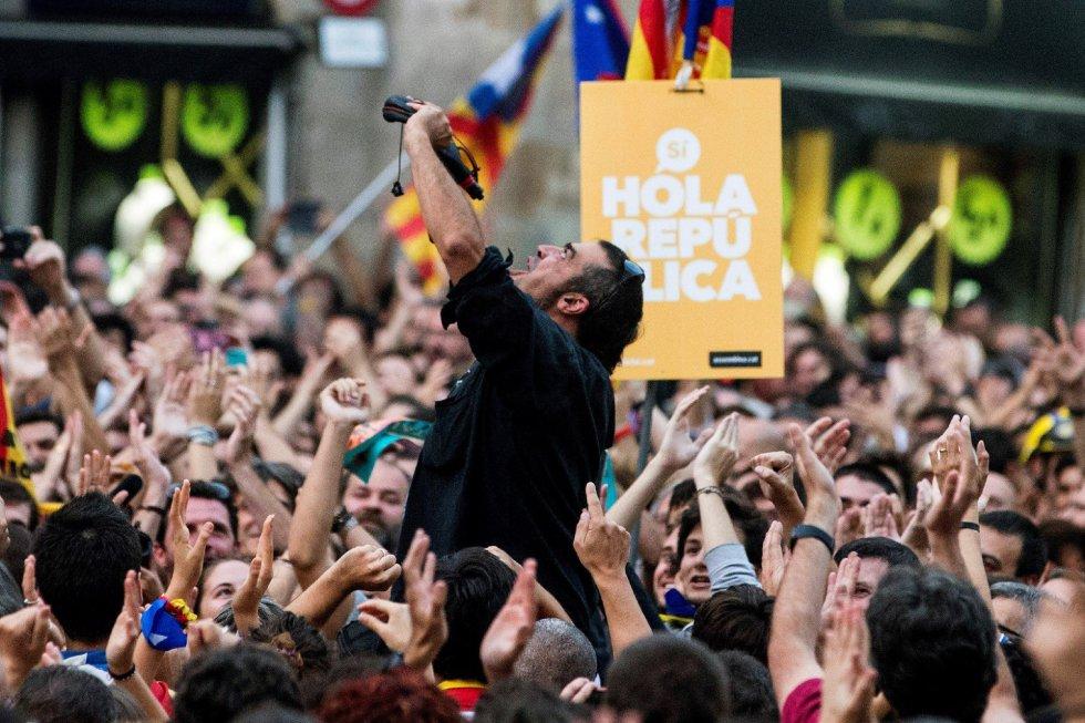 Independentistas concentrados esta tarde en la Plaza Sant Jaume de Barcelona, ante el Palau de la Generalitat, sede del gobierno catalán, festejan que el Parlament ha declarado de forma unilateral la independencia de Cataluña.