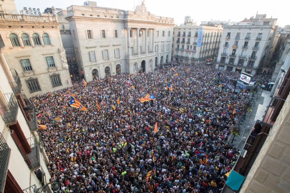 Unas 6.000 personas, según la Guardia Urbana, se han concentrado esta tarde espontáneamente en la plaza de Sant Jaume de Barcelona, ante el Palau de la Generalitat, sede del gobierno catalán, para festejar que el Parlament ha declarado de forma unilateral la independencia de Cataluña.