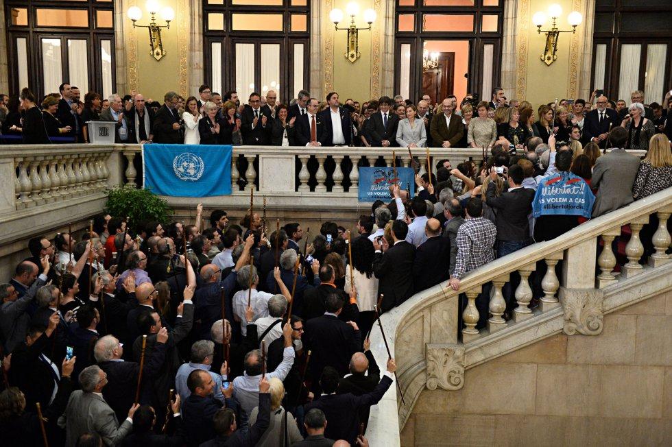 El president de la Generalitat, Carles Puigdemont; el vicepresident, Oriol Junqueras, con algunos de los alcaldes en las escalera del Parlament.