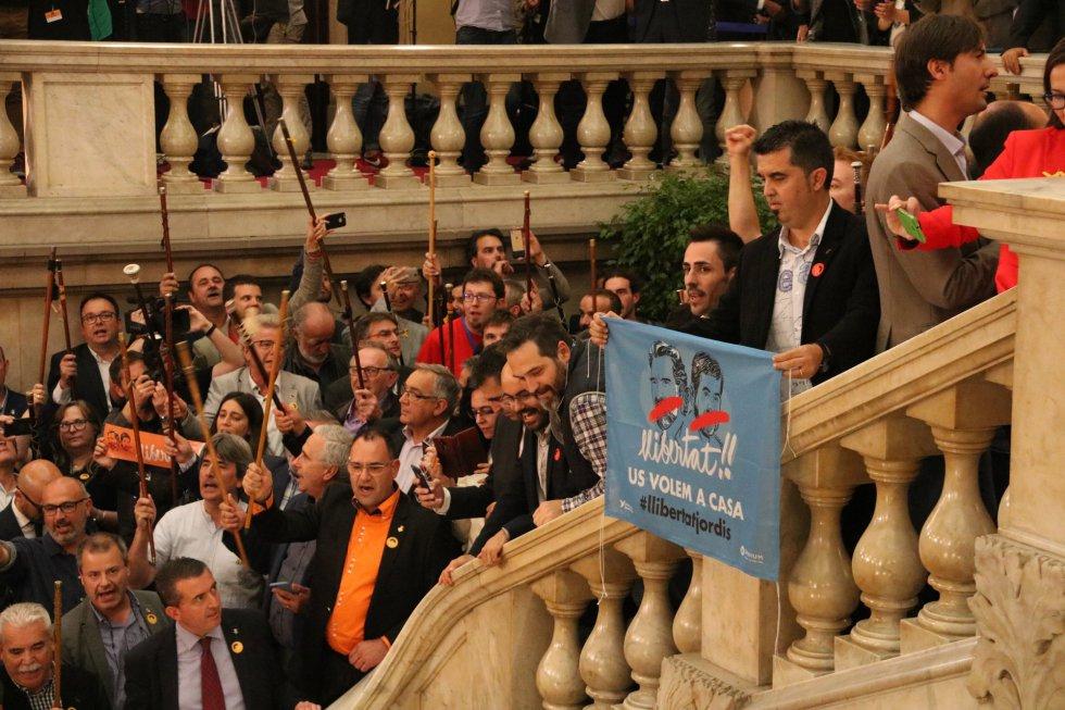 Una pancarta pide la libertat de Jordi Sànchez (ANC) y Jordi Cuixart (Òmnium).