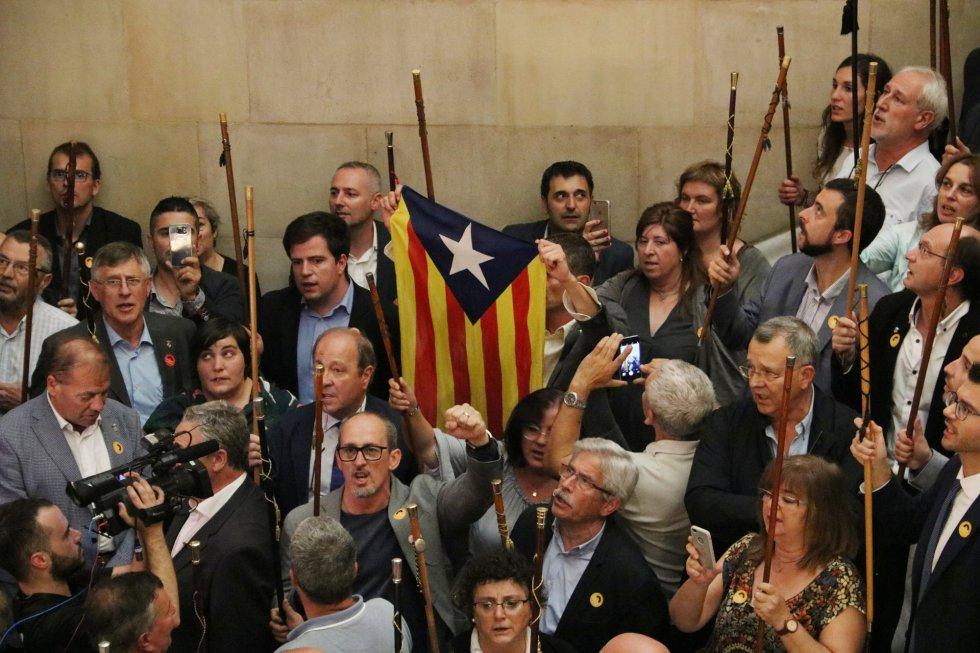 Alcaldes independentistas  en las escalera del Parlament.