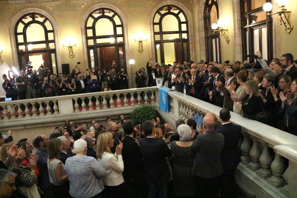 Alcaldes independentistas en las escaleras del Parlament.