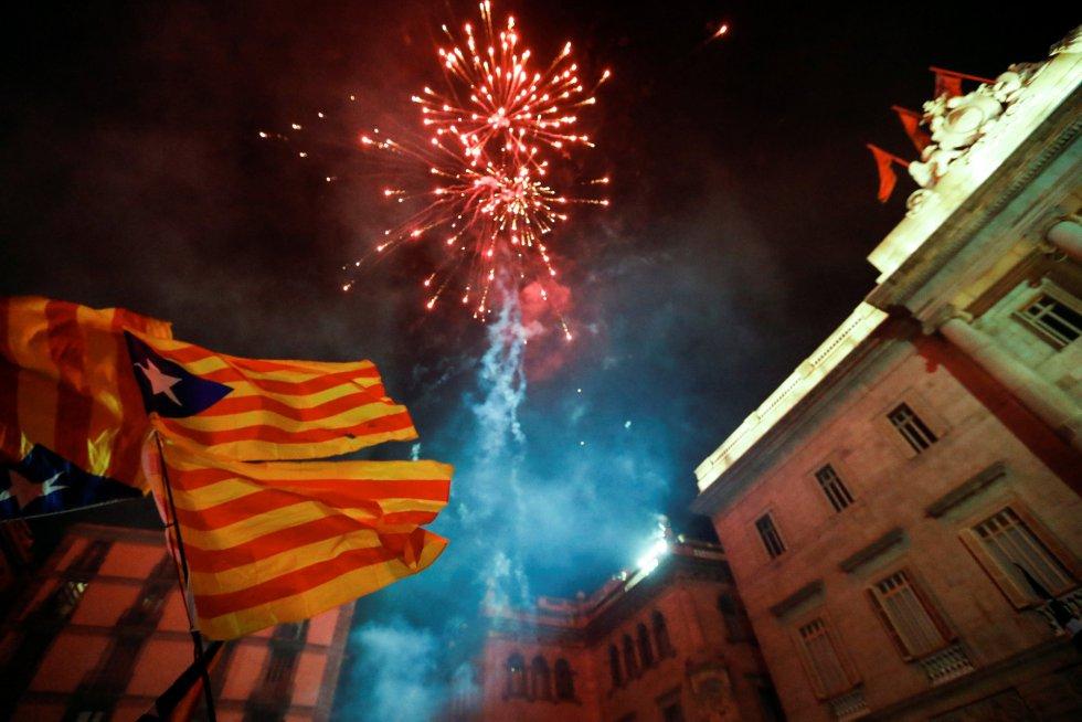Miles de independentistas celebran en las plaza de Sant Jaume la declaración de independencia del Parlament de Cataluña.