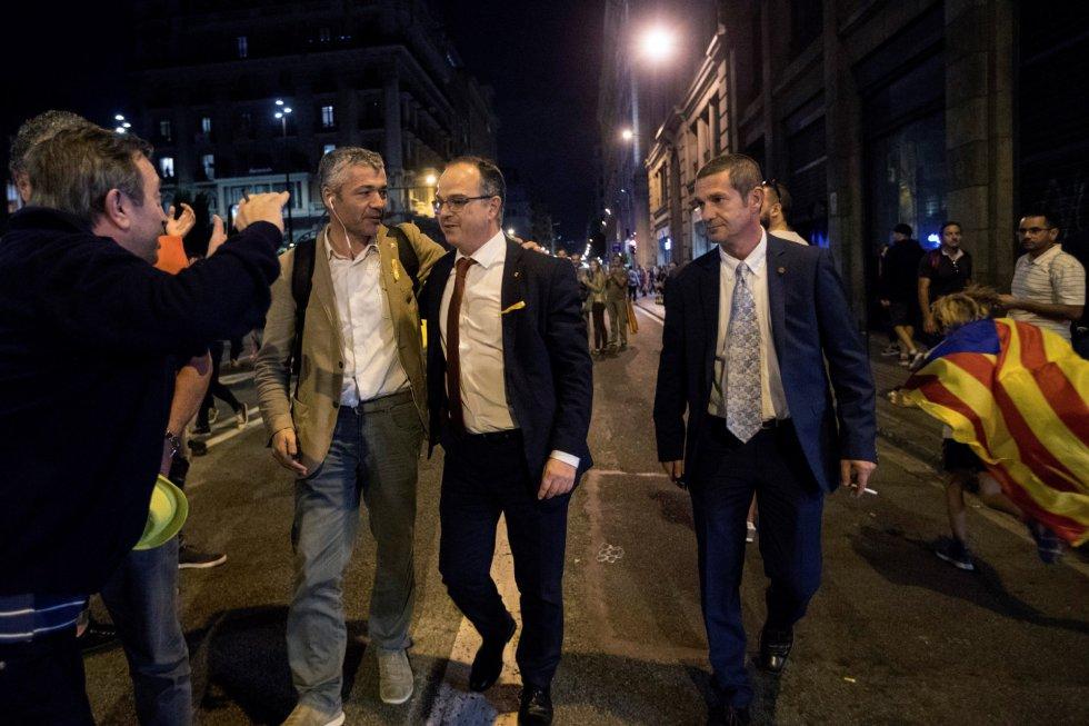 El portavoz del gobierno catalán, Jordi Turull junto al exdiputado de Esquerra, Oriol Amorós en las inmediaciones de la Plaza Sant Jaume donde miles de personas celebran la proclamació de la República catalana.