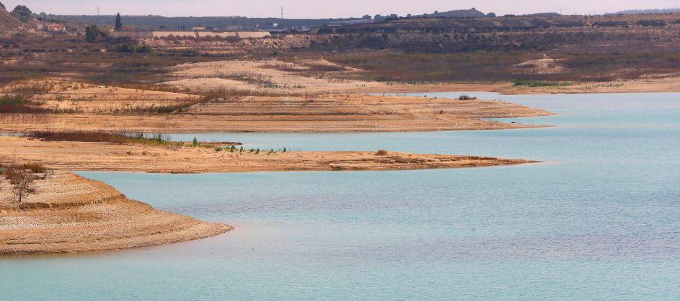 El pantano de La Pedrera, perteneciente a la cuenca hidrográfica del Segura, muestra un estado de extrema sequía.