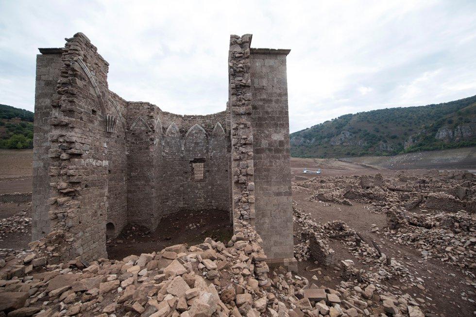 El embalse de Mansilla (La Rioja) sin agua, muestra los restos de una pequeña ermita que en situaciones normales está bajo las aguas.