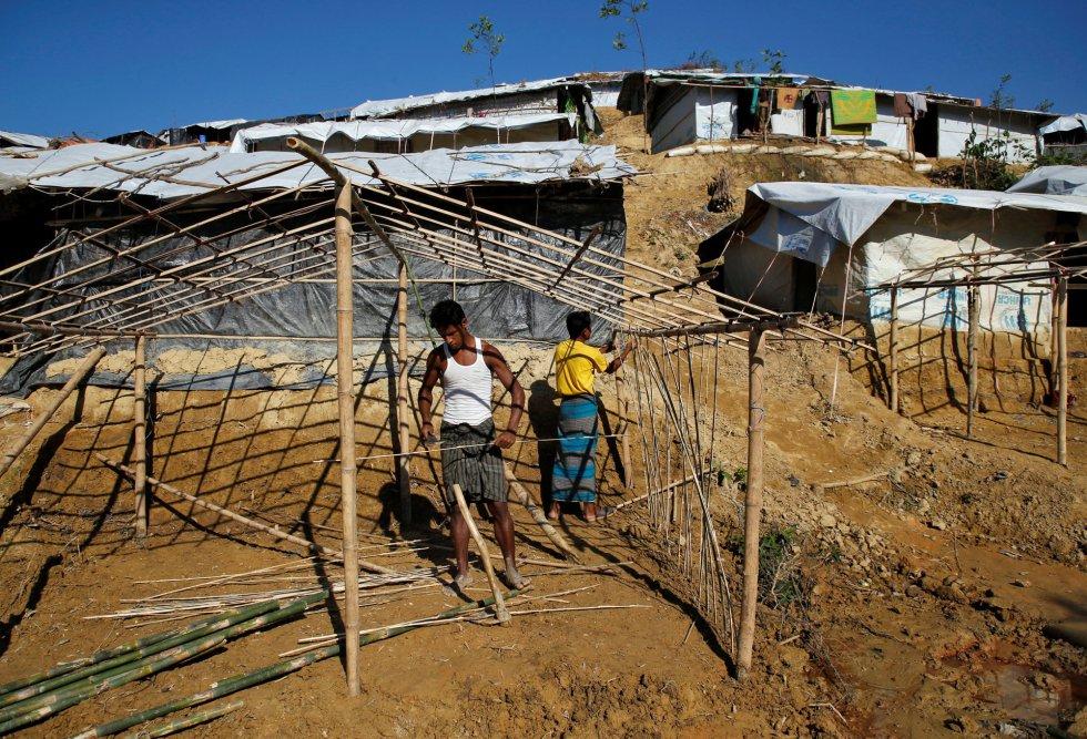Los campos de refugiados que había en Bangladesh están saturados, así que se han creado campamentos improvisados. Los refugiados fabrican sus propias tiendas con plásticos y palos de bambú.