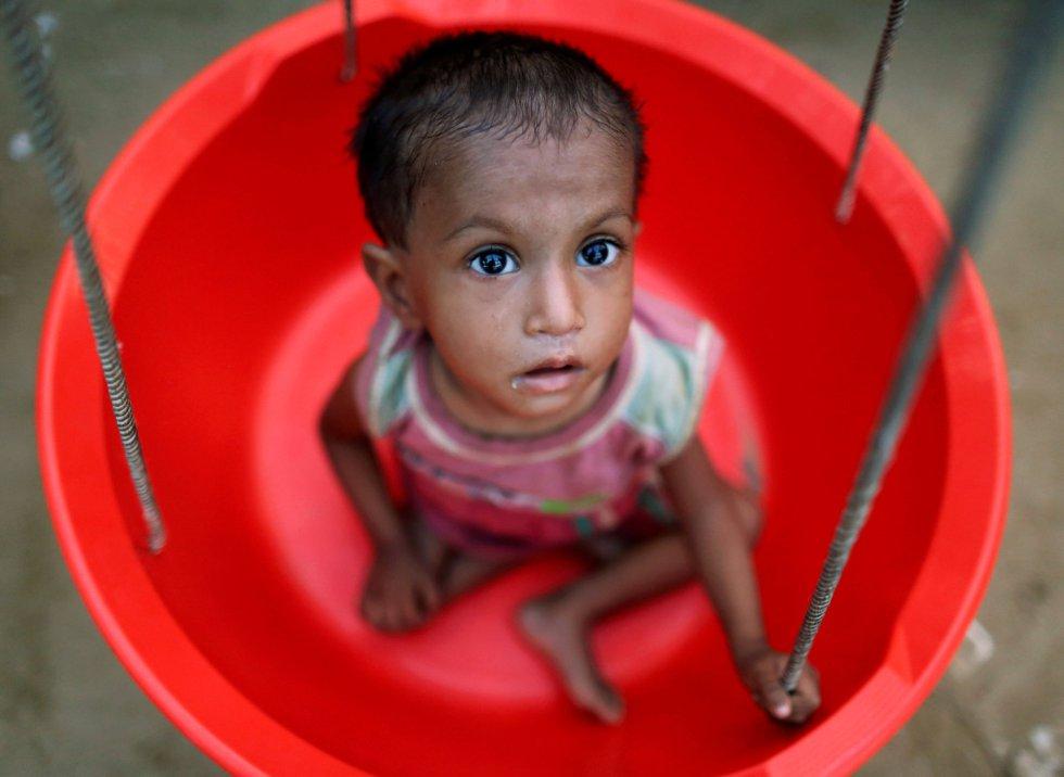 """Según Save The Children, uno de cada cuatro niños rohingya está en riesgo de muerte por desnutrición en Bangladesh. Muchos de ellos llegan ya desnutridos después de un viaje de días o semanas. """"Son niños con pesos muy bajos y que llevan más de un mes con una alimentación casi mínima, sin ni siquiera una comida al día"""", nos contaba hace poco David del Campo, el director internacional de cooperación de esta organización. Todos los días llegan niños a las clínicas necesitando alimentos terapeúticos para evitar la muerte. """"Lo peor de todo es que la malnutrición aguda es la antesala a la mortalidad. Las enfermedades leves se convierten en mortales"""", explica David."""