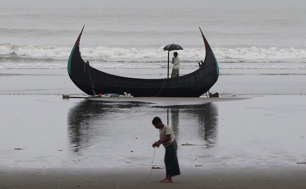 Durante el viaje desde Myanmar a Bangladesh, hay tramos del camino que pueden hacer en barco. Decenas han muerto ahogados.