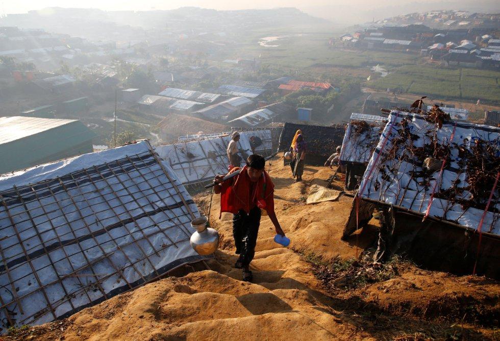 """Construyen sus propias tiendas en colinas empinadas donde es muy complicado acceder. Las organizaciones humanitarias describen la situación como un infierno. """"No hay la suficiente disponibilidad de letrinas o agua potable y eso complica mucho la situación"""", nos cuenta María Simón, la coordinadora de emergencias de Médicos Sin Fronteras en Bangladesh."""