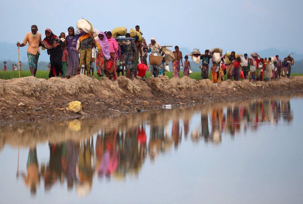 Llegan a Bangladesh después de haber andado durante días o semanas. Desde finales de agosto han llegado más de 500.000, que se suman a los 300.000 que ya había en el país. Entre 1.000 y 3.000 continúan cruzando la frontera cada día. Huyen de una ola de violencia en Rakhine (Myanmar), pero el Gobierno de ese país niega que las fuerzas militares estén atacando a civiles. La ONU, por su parte, lo describe como una limpieza étnica que podría ponerse como ejemplo en los libros de texto. En una conferencia de donantes celebrada hace poco por las Naciones Unidas, Filippo Grandi, el alto comisionado para los refugiados, decía que la causa de este problema estaba en Myanmar y por lo tanto la solución tiene que buscarse allí.Tanto él, como el embajador de Bangladesh, coinciden en que el hecho de que Myanmar no reconozca a los rohingyas como ciudadanos bloquea el camino hacia esa solución.