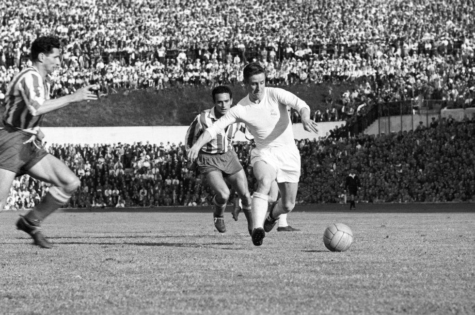 El jugador Raymond Kopa esquiva a dos contrarios durante el encuentro de Liga disputado entre el Atlético de Madrid y el Real Madrid en el estadio del Metropolitano.