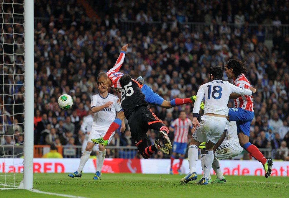 Gol de Miranda en la prórroga de la final de la Copa del Rey del año 2013 que ganó el Atlético de Madrid de Simeone al Real Madrid de Mourinho en el Bernabéu