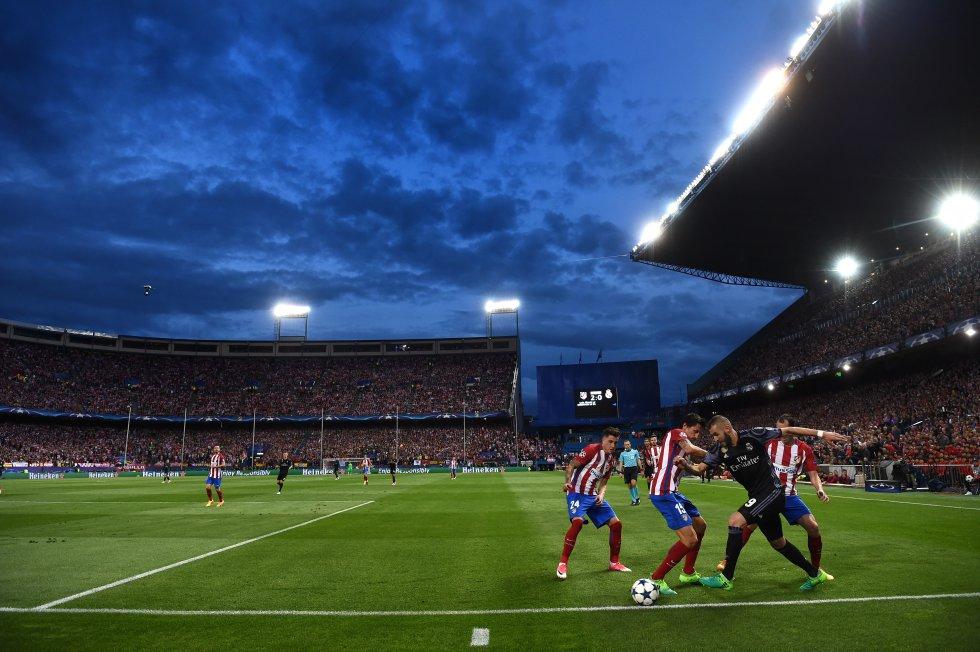 Una de las fotos de la temporada pasada: la jugada de Benzema que acabó con gol de Isco y rompió el sueño colchonero de remontar al Real Madrid en el último derbi del Calderón