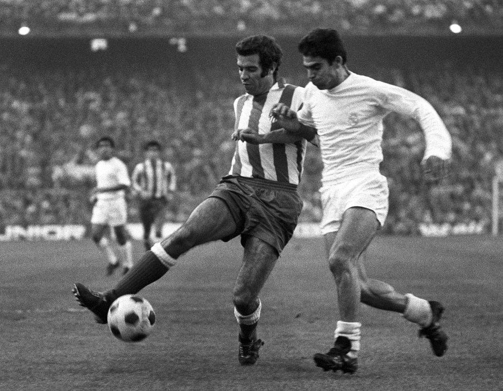 El futbolista del Atlético de Madrid Luis Aragonés (2d) disputa un balón con un jugador madridista, durante el partido correspondiente al Campeonato Nacional de Liga entre el Atlético de Madrid y el Real Madrid disputado en el estadio del Manzanares.