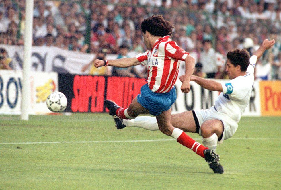 El jugador del Atlético de Madrid Paolo Futre marca el segundo gol de su equipo ante la oposición de Chendo, del Real Madrid, en la final de la Copa del Rey disputada en el Santiago Bernabéu.