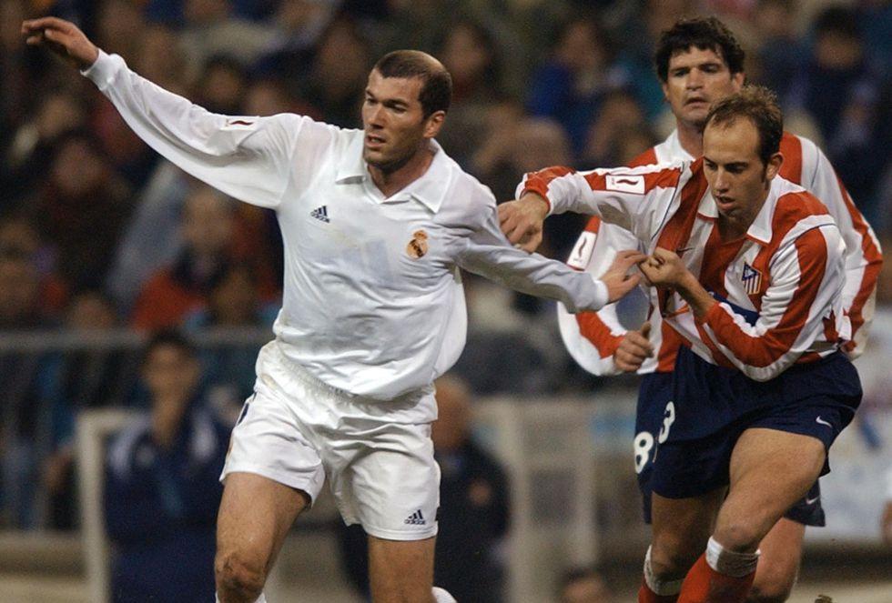 Zidane trata de salvar la entrada de Gonzalo Colsa en un derbi disputado en enero de 2002 con motivo del centenario del Real Madrid