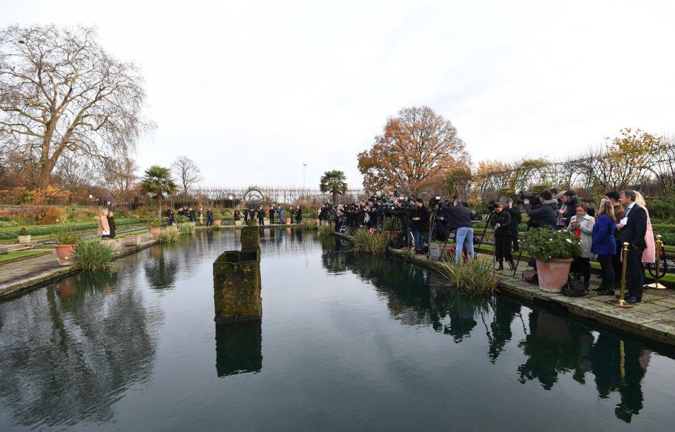 Medios gráficos esperan la llegada del príncipe Enrique de Inglaterra y a su prometida, la actriz estadounidense Meghan Markle
