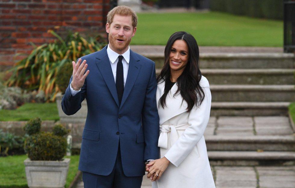 El príncipe Enrique de Inglaterra posa junto a su prometida, la actriz estadounidense Meghan Markle, tras anunciar su compromiso en el Jardín Sunken del Palacio Kensington, en Londres