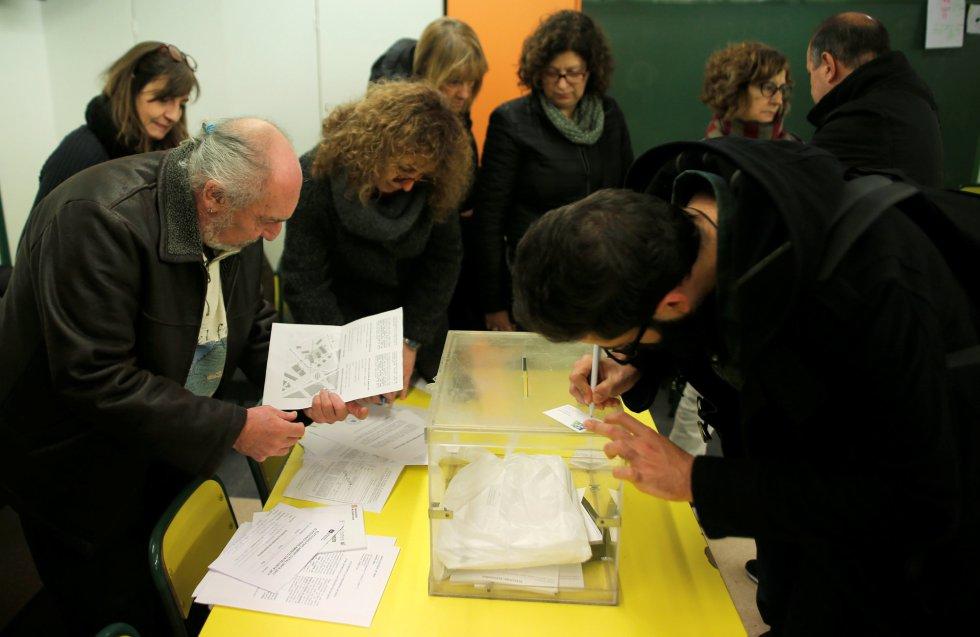 Los que forman parte de la mesa electoral junto a los representantes de los partidos políticos.
