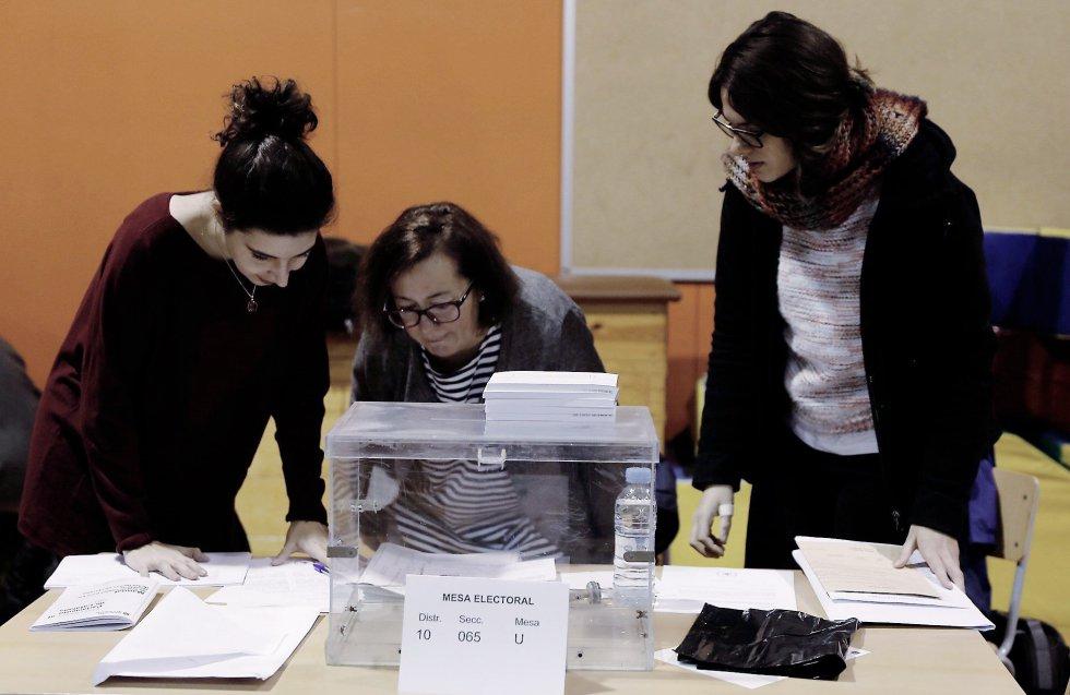 Varias personas se disponen a constituir una de las mesas de votación en la Escola Pere IV de la ciudad condal , más de cinco millones y medio de catalanes están llamados a las urnas en esta jornada de elecciones autonómicas.