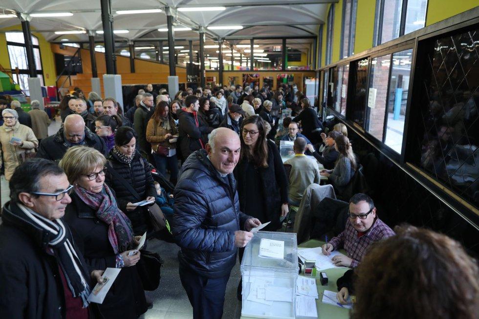 Numerosos ciudadanos ejercen su derecho al voto tras la apertura del colegio electoral Lenaspa en la ciudad de Terrassa, más de cinco millones y medio de catalanes están llamados a las urnas en esta jornada de elecciones autonómicas.