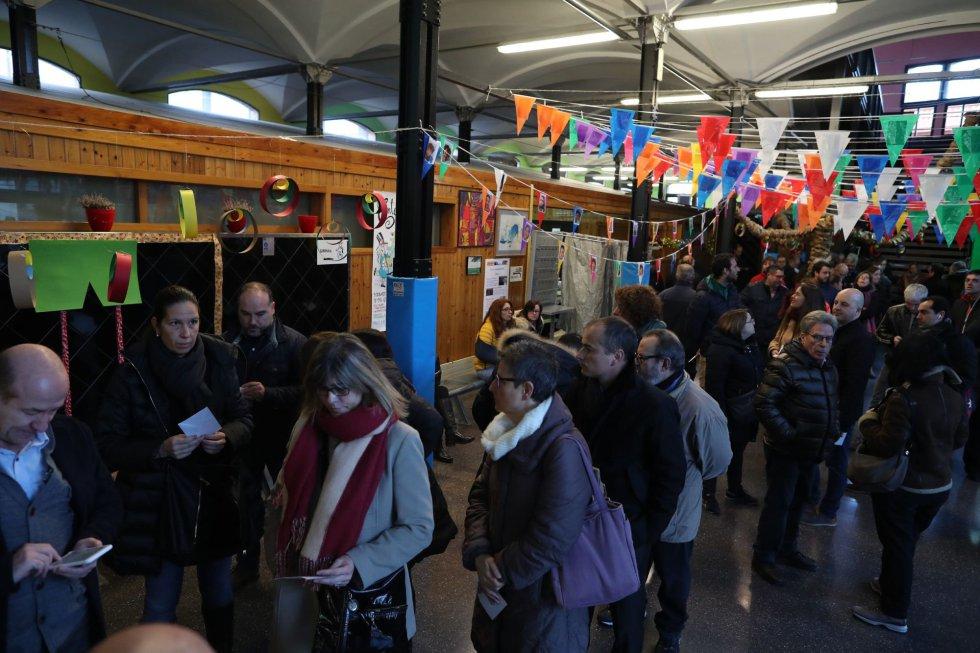 Numerosos ciudadanos esperan la apertura del colegio electoral Lenaspa en la ciudad de Terrassa, más de cinco millones y medio de catalanes están llamados a las urnas en esta jornada de elecciones autonómicas.