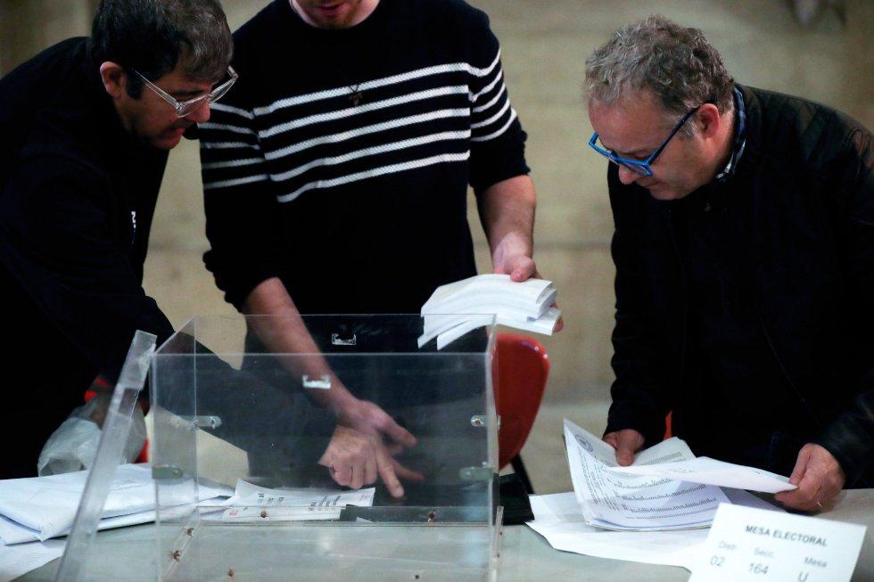 Varias personas constituyen su mesa en el colegio electoral de la Plaza de la Universidad de la ciudad condal, más de cinco millones y medio de catalanes están llamados a las urnas en esta jornada de elecciones autonómicas.