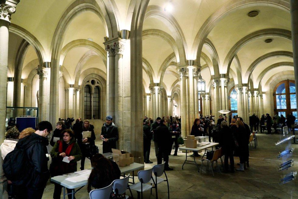 Vista de la constitución de las mesas del colegio electoral de la Plaza de la Universidad de la ciudad condal, más de cinco millones y medio de catalanes están llamados a las urnas en esta jornada de elecciones autonómicas.