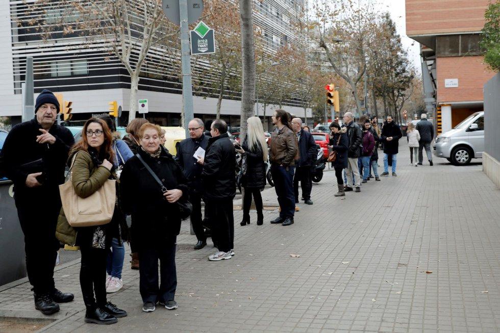 Numerosos ciudadanos forman una fila esperando la apertura del centro de votación en la Escola Pere IV de la ciudad condal, más de cinco millones y medio de catalanes están llamados a las urnas en esta jornada de elecciones autonómicas.