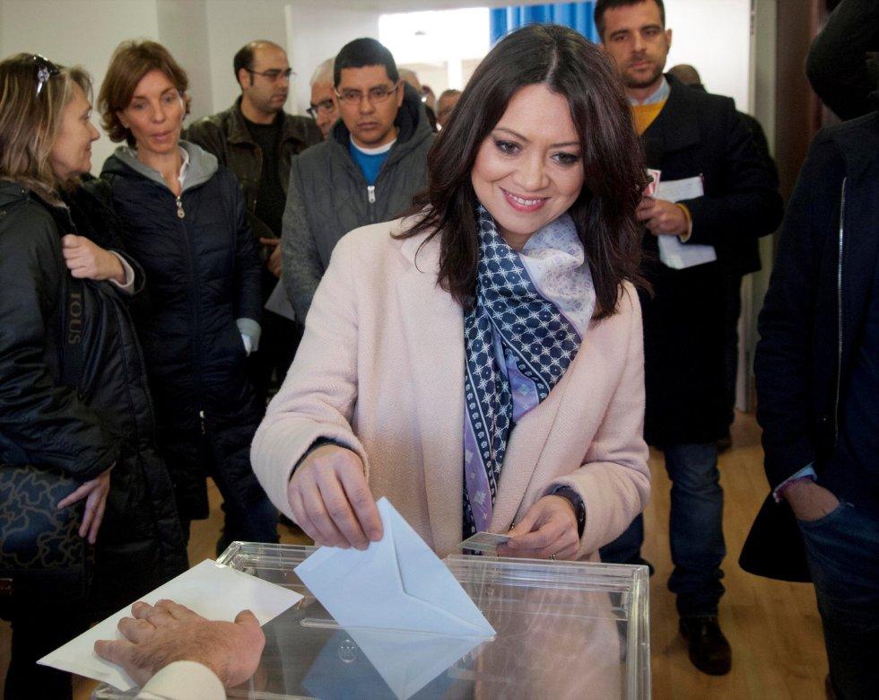 La esposa de Carles Puigdemont, Marcela Topor,vota esta mañana el colegio de Sant Julià de Ramis, Girona, más de cinco millones y medio de catalanes están llamados a las urnas en esta jornada de elecciones autonómicas.