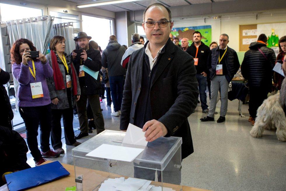 El exconseller Jordi Turull y numero cuatro por la lista de JxCat, vota en el colegio Lluis Piquer de Parets del Vallés durante la jornada electoral.