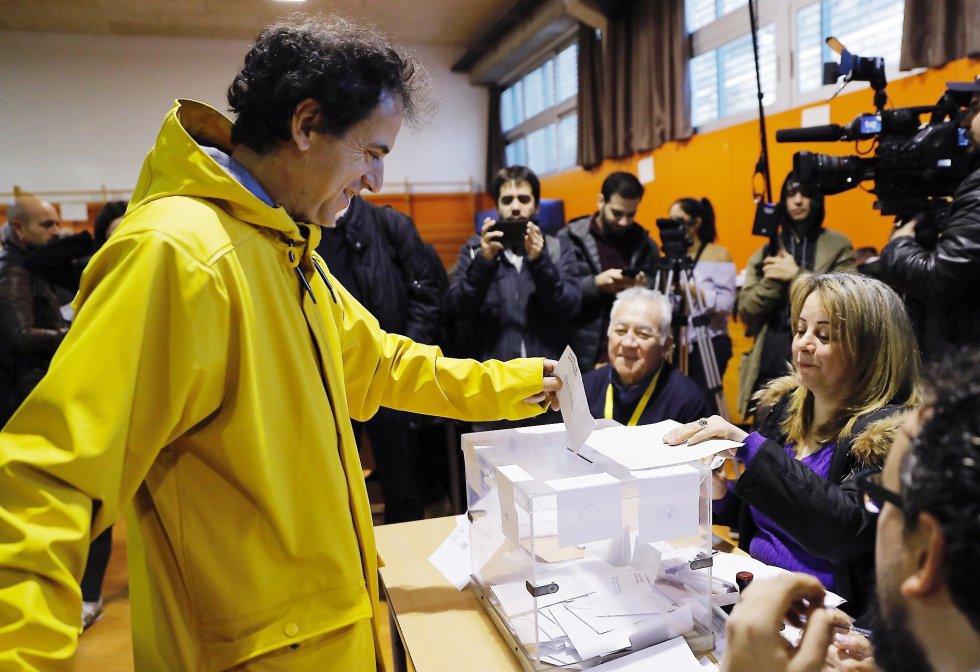 Un hombre vota vestido de amarillo- color elegido en solidaridad con Jordi Sànchez y Jordi Cuixart-, en el momento de votar en la Escola Pere IV de la ciudad condal, más de cinco millones y medio de catalanes están llamados a las urnas en esta jornada de elecciones autonómicas.