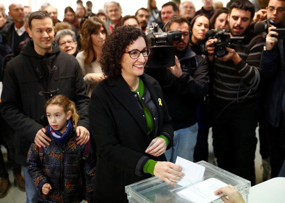 Marta Rovira (ERC) vota esta mañana en un colegio electoral ante la expectación mediática y con un lazo amarillo.