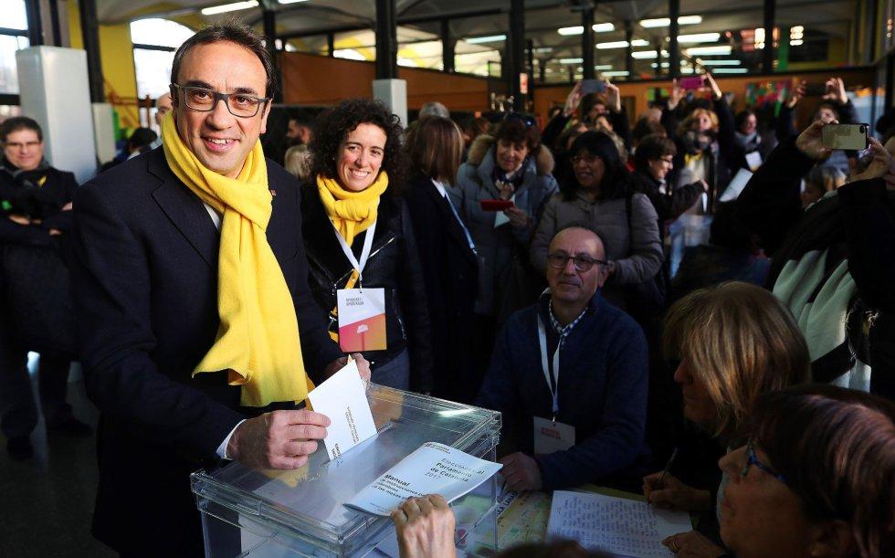Josep Rull, ex consejero de Territorio y Sostenibilidad de la Generalidad de Cataluña, deposita su voto.