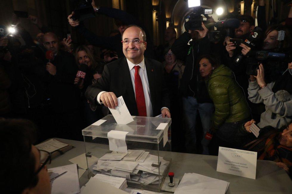 El líder del PSC Miquel Iceta, en el momento de votar en su colegio electoral de Barcelona.