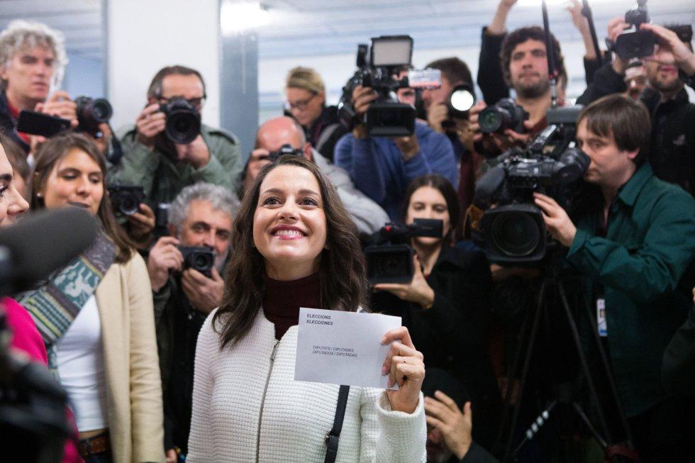 La candidata de Ciudadanos a la Presidencia de la Generalitat, Inés Arrimadas, ejerce su derecho a voto en el colegio electoral Ausiàs March del barrio de Les Corts.