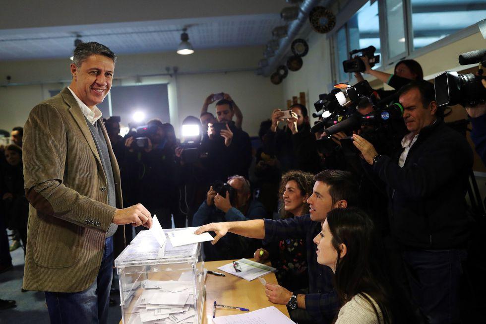 El cabeza de lista a la presidencia de la Generalitat por el PPC, Xavier García Albiol, vota en la Escola Lola Anglada en la ciudad de Badalona.