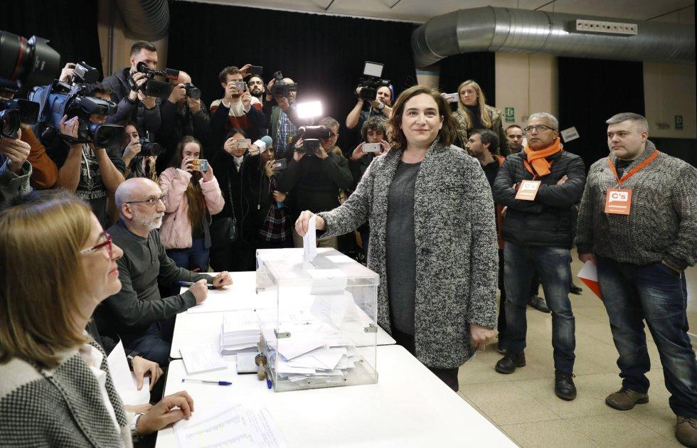La alcaldesa de Barcelona y candidata de Catalunya en Comu-Podem, Ada Colau, deposita su voto en el centro Cívico La Sedeta de Barcelona.