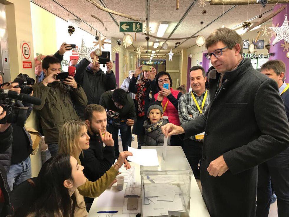 Carles Mundó, en el momento de votar en su colegio electoral a Gurb.