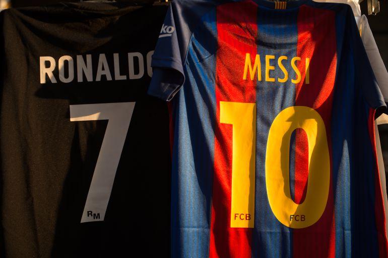 ... Real Madrid y el F.C. Barcelona. Las camisetas de Cristiano y Messi 2855da897bcd1