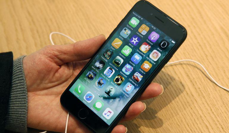 95ed90926a3 Si la tuya es una de las baterías comprometidas, te explicamos cómo  reemplazarlas. Un usuario consulta un iPhone ...