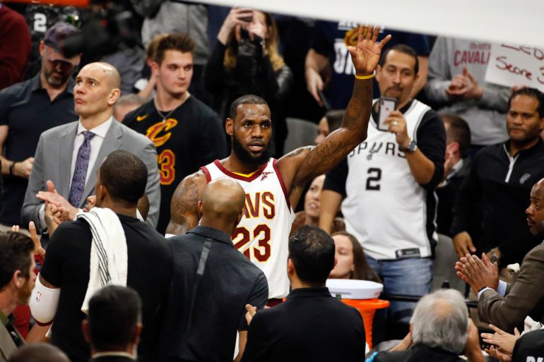 LeBron agradece los aplausos después de conseguir llegar a la cifra de los  30.000 puntos 569ec405e01