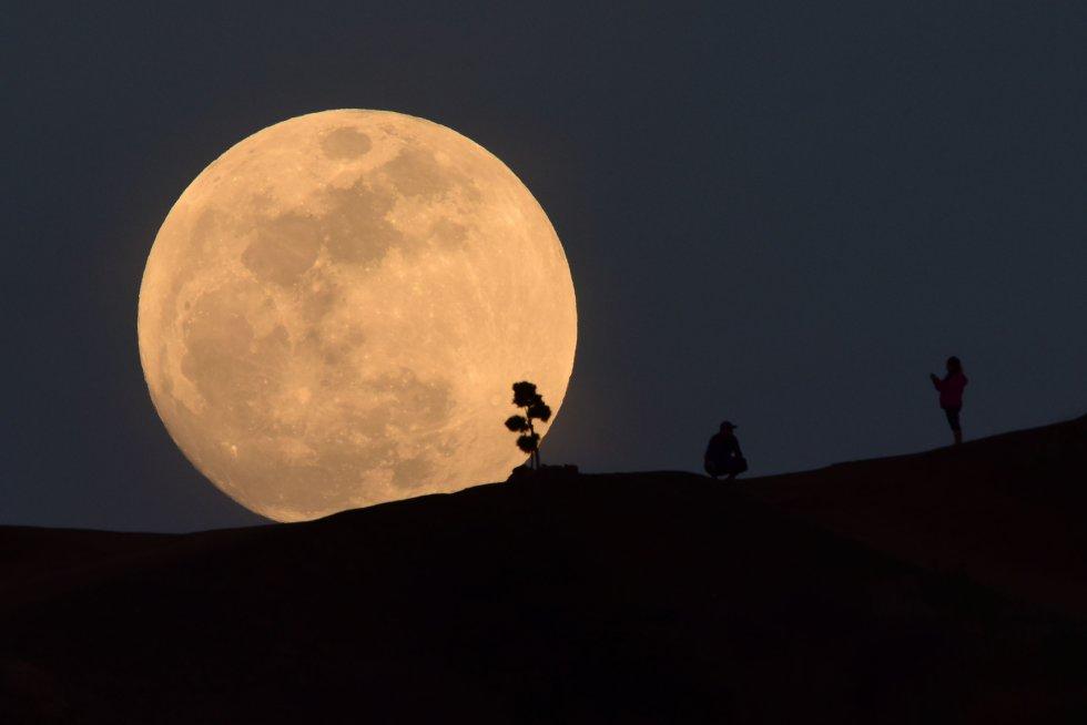 La superluna vista desde Los Ángeles, EEUU.