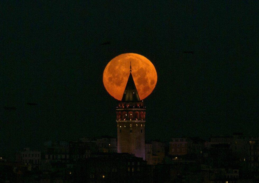 La superluna, recortada por la torre Gálata, en Estambul.