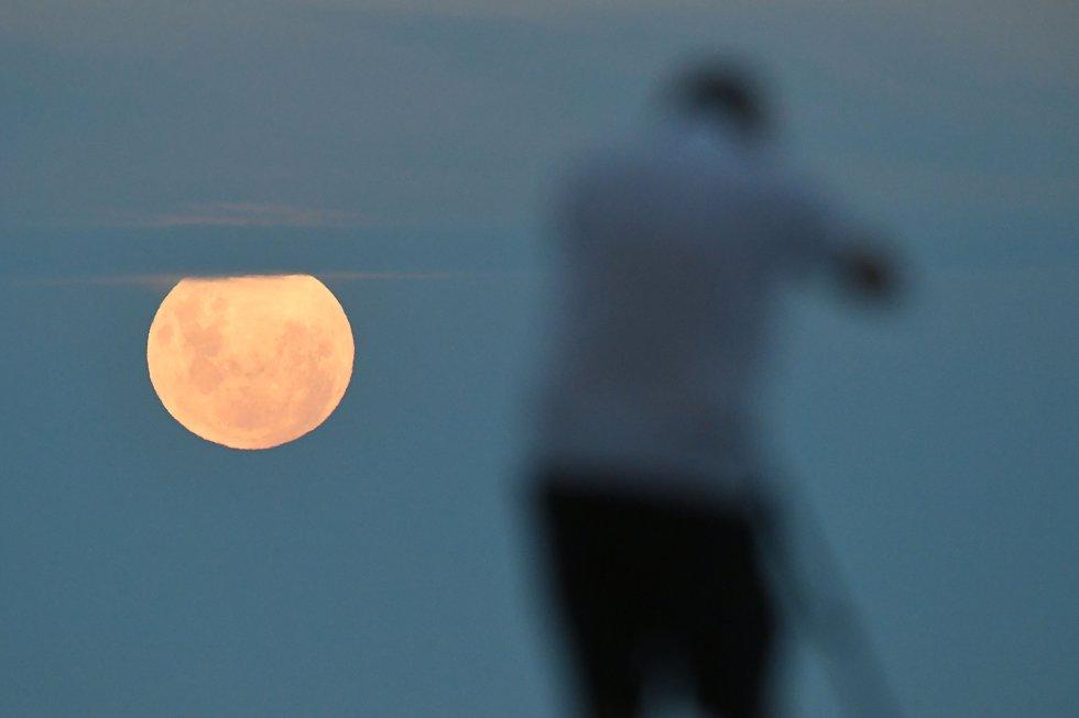 La superluna vista desde Napier, en Nueva Zelanda.