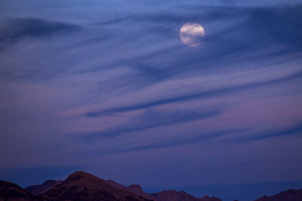 La superluna vista desde Amboy, en California.